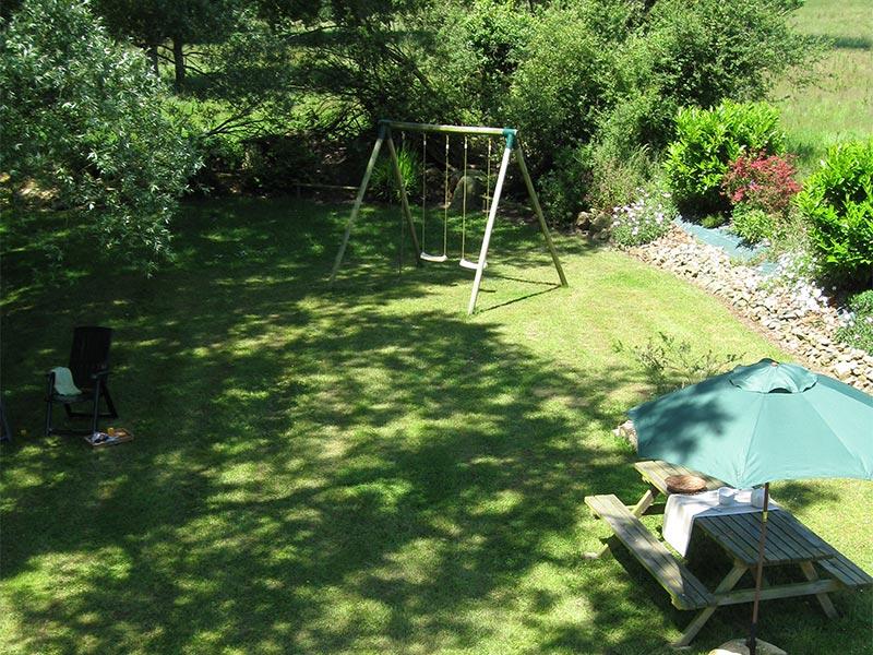 Jardin ombragé et balancoire © Gite Les 3 Voiles