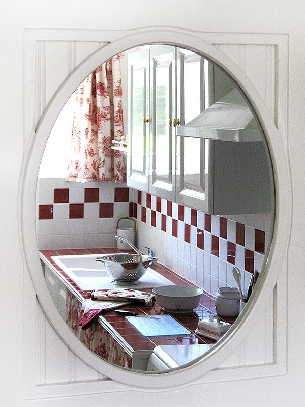 La cuisine et son reflet dans le miroir © Gite Les 3 Voiles
