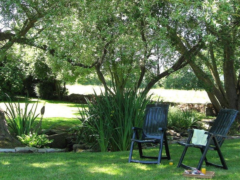 Le jardin du gîte et son petit ruisseau © Gite Les 3 Voiles