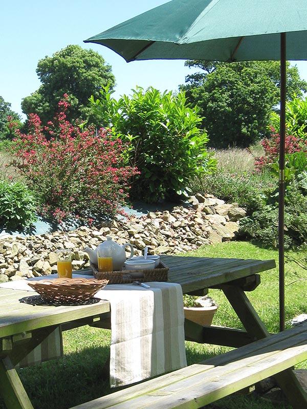 Petit-déjeuner au jardin © Gite Les 3 Voiles