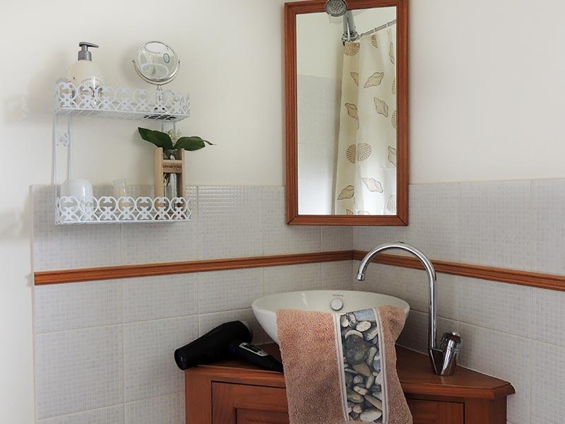Salle de bain - vasque et sèche-cheveux © Gite Les 3 Voiles